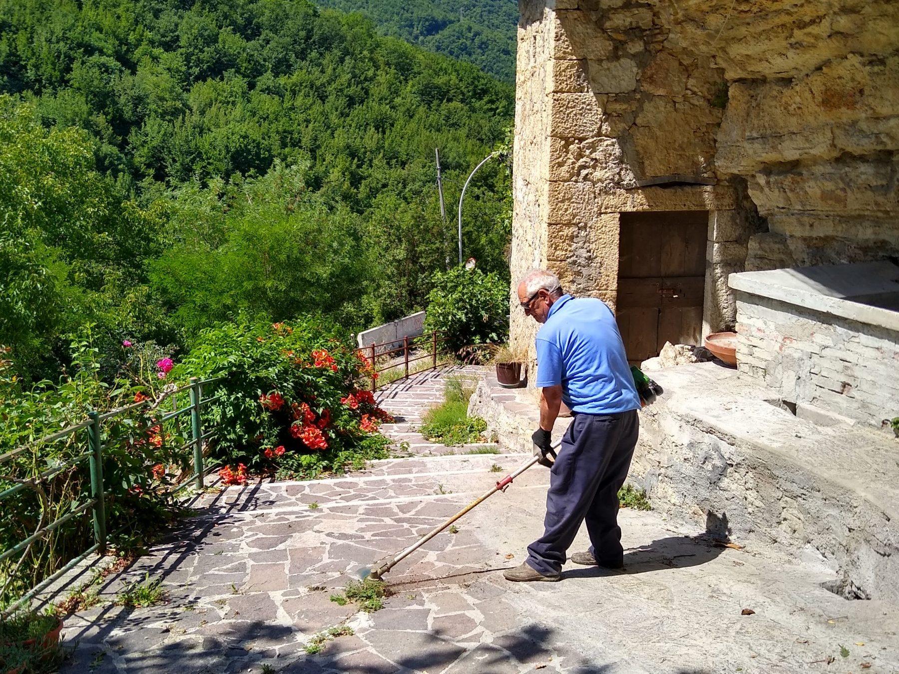 Giovanni nei pressi della fontana sotto la roccia